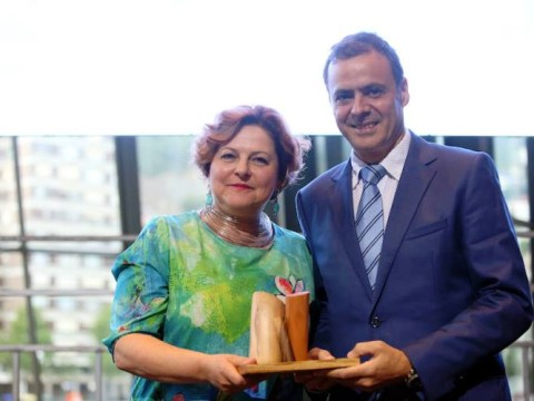 Manu Núñez entregando el premio a Anya Growkhovski de la asociación Musical Bridges Around The World. Foto: El Correo.